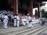 偶然にも浅草寺にて、日本落語協会の記念撮影会現場に遭遇。。。この中に林家木久蔵師匠がいます。さぁ、どこでしょう??