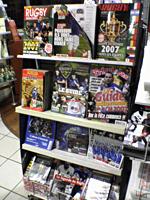 書籍も充実しております。オフィシャル雑誌特別号の数々です。せっかくフランスに来たのですから、思いっきり現地の雑誌を買ってみてもよいのではないでしょうか??言葉がわからなくても、フランス行ったんだと実感できますし、いいお土産かもしれませんね。