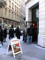 外。店内に並んでいる人たちの行列は外まで続く。。。